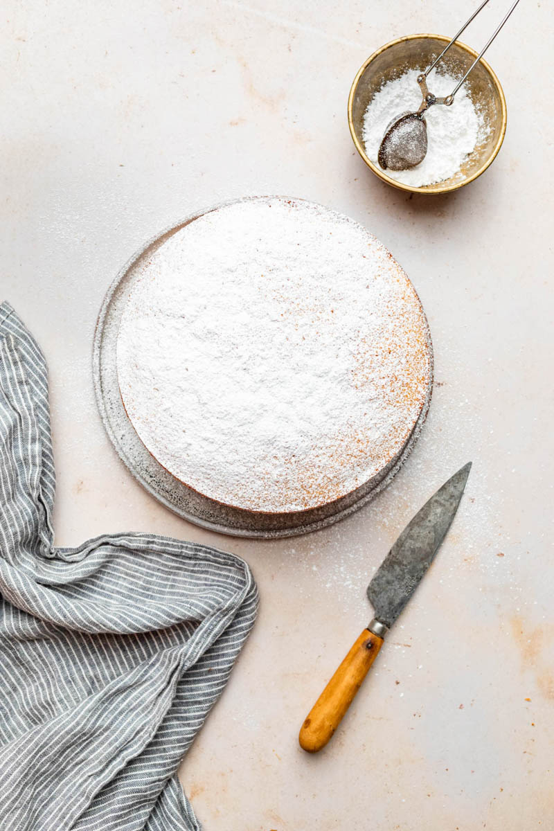 Icing sugar topped sponge.